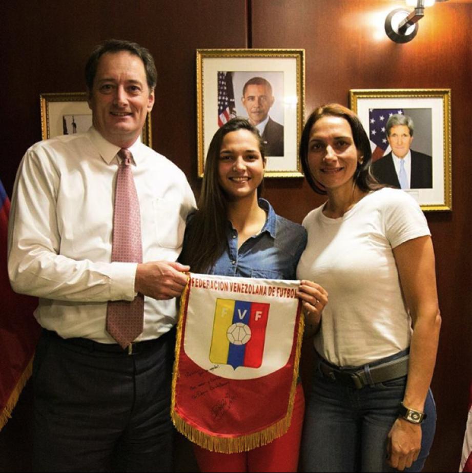 Deyna Castellanos en la Embajada de los Estados Unidos en Caracas