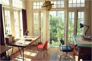 escritorio-junto-a-la-ventana