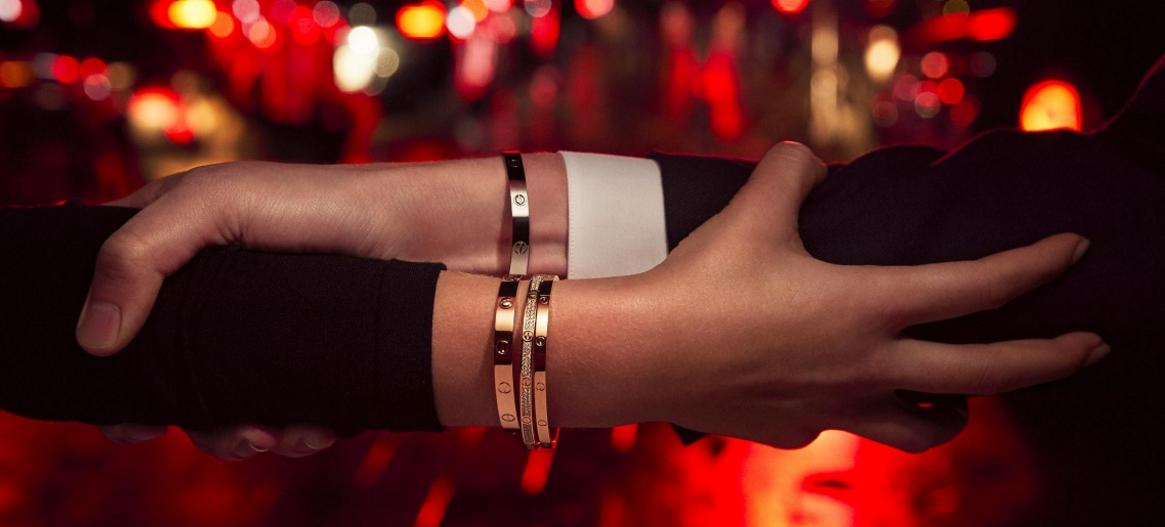 ea9251dafa1f El brazalete de amor Cartier es una de las piezas de joyería más  representativa en el mundo. En 2016 se convirtió en el accesorio más  buscado en Google y ...