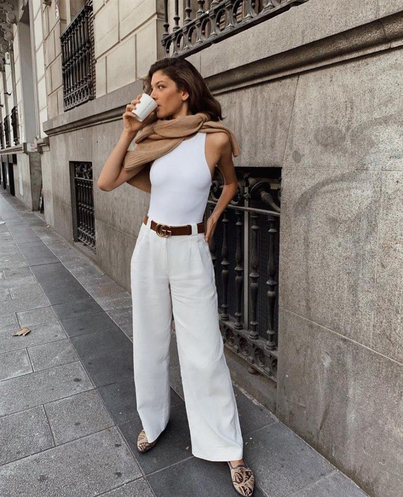 La sofisticación usa pantalones blancos y así los usa