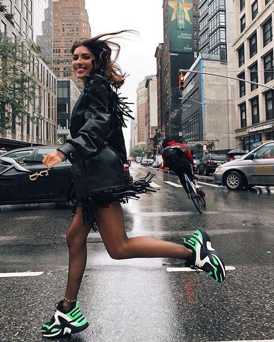 Combina tus sneakers de manera sencilla y elegante